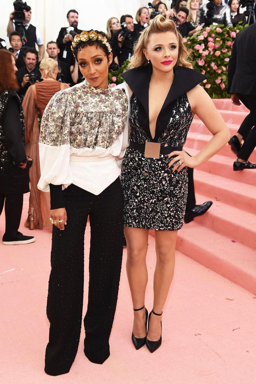 Ruth Negga und Chloë Grace Moretz haben sich für Louis-Vuitton-Looks in Schwarz-Weiß entschieden.