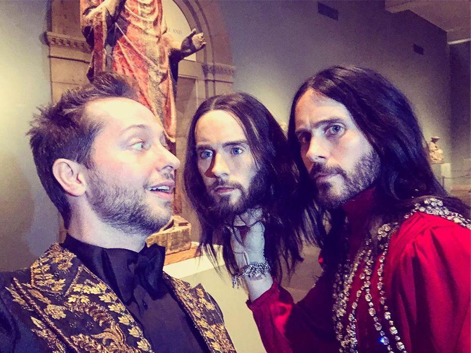 """""""Bedeutet das, dass ich den Leuten sagen kann, dass ich einen Dreier mit Jared Leto hatte?"""", scherzt Derek Blasberg auf Instagram, als er diesen lustigen Schnappschuss von der Met Gala teilt."""