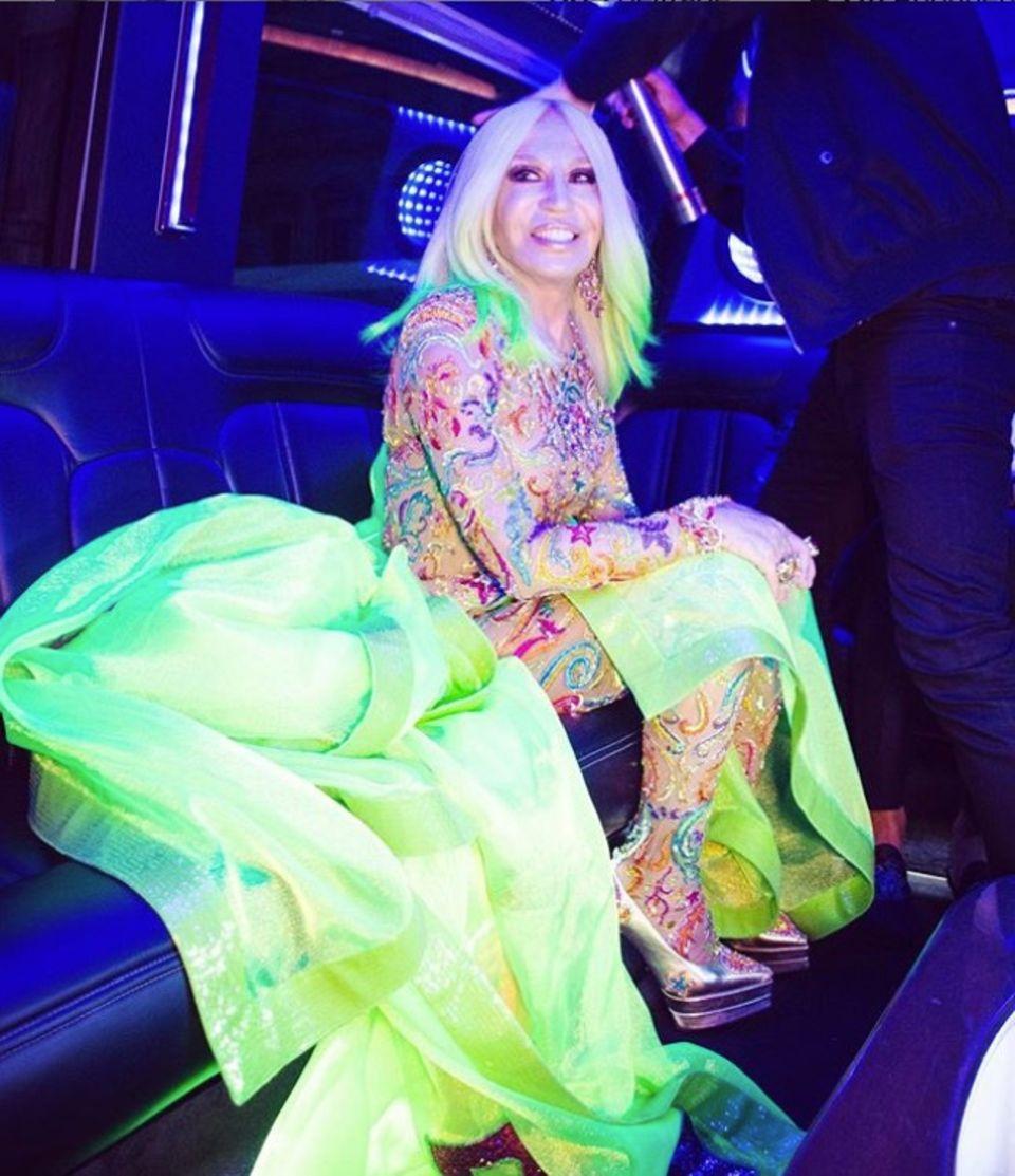 """""""Ein letzter Haar-Check, bevor es auf den pinken Teppich geht"""", schreibt Donatella Versace zu dem Foto, auf dem die Designerin nur wenige Minuten vor ihrer Ankunft auf der Met Gala im Auto zu sehen ist."""