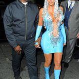 Kanye West überlässt den Aftershow-Auftritt ganz seiner Frau Kim Kardashian im extravaganten Aqua-Look.