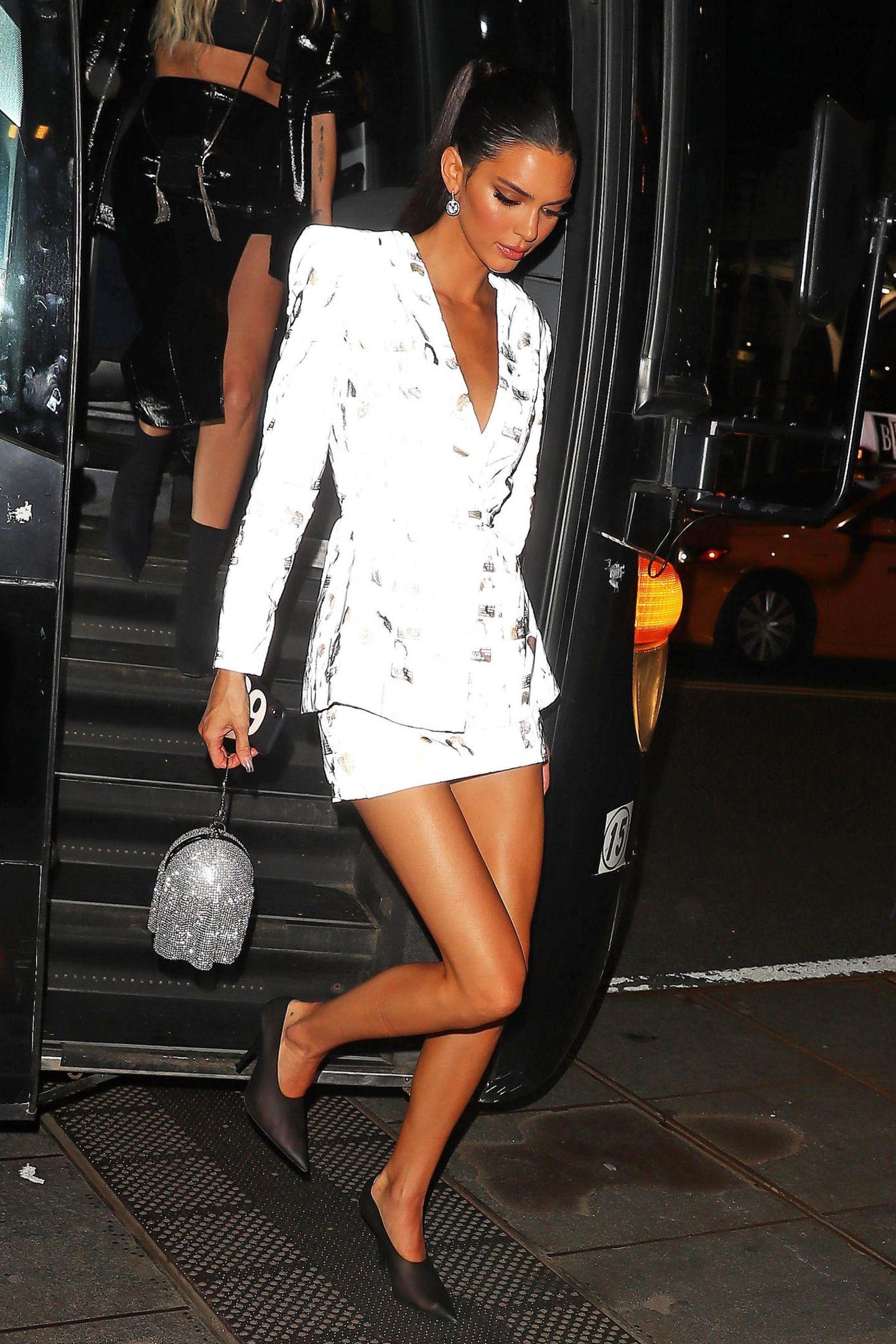 Im weißen Blazer-Dress lässt es sich auch für Kendall Jenner entspannter weiterfeiern als im orangefarbenen Feder-Style.