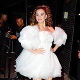 Als süße Prinzessin in Weiß zieht Hailee Steinfeld nach dem Fashion-Event noch weiter.