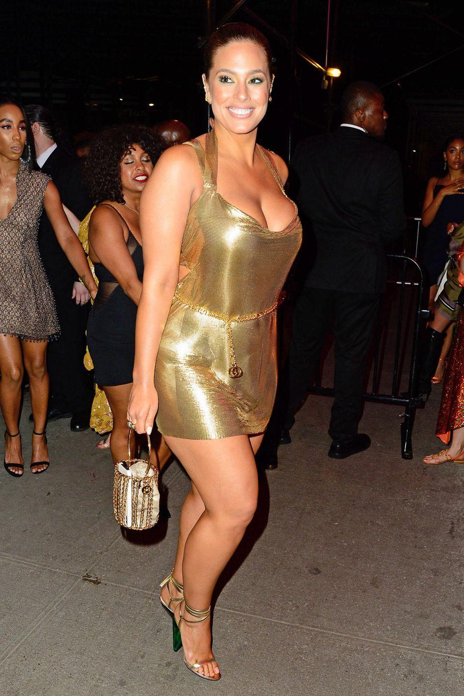 Fast noch kürzer ist das goldene Mini-Kleid von Ashley Graham.