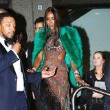 Naomi Campbell hat ihr pinkfarbenes Traumkleid gegen diesen sexy Look mit grünem Fell-Cape eingetauscht.
