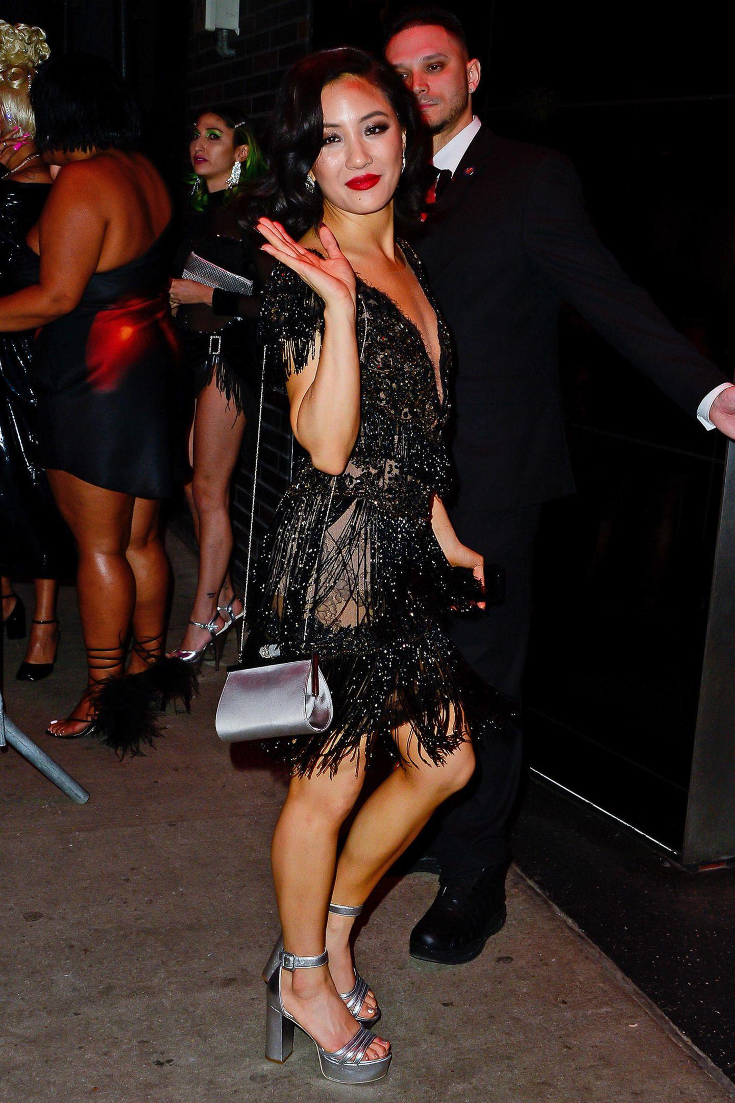 Constance Wu bleibt im Twenties-Look, allerdings ist dieser für die Aftershow-Party in Schwarz und wesentlich kürzer.