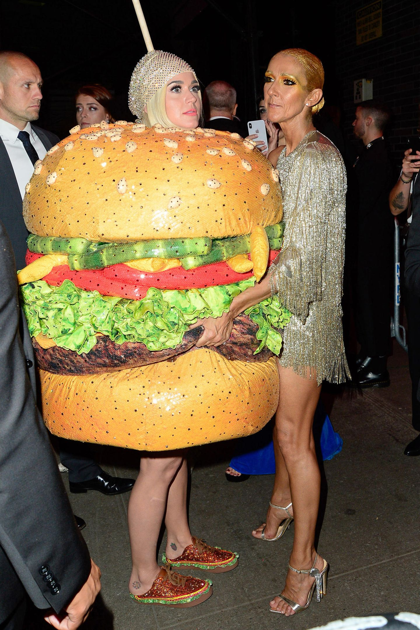 Cheeseburger-Alarm! Ob Celine Dion beim Anblick von Katy Perrys Aftershow-Look wohl Hunger bekommt?