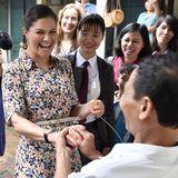 """Lustiger Moment: Im """"Craft Village for Green Production and Trade"""" steckt ein KünstlerPrinzessin Victoria einen selbst gemachten Ring an den Finger."""