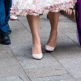 Die schwedische Thronfolgerin verliert im Gehen beinahe ihren linken Schuh.