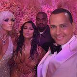 Selfie trotz Selfie-Verbot: Jennifer Lopez, Kim Kardashian und Kanye West posieren auf der Met Gala gemeinsam für Alex Rodiguez, der unbedingt ein Foto mit Kim und Kanye machen wollte.