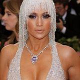 Jennifer Lopez glitzert von Kopf bis Fuß, als sie über den pinkfarbenen Teppich der Met Gala 2019 schreitet. Doch nicht nur die Versace-Robe garantiert der Sängerin Aufmerksamkeit: Um ihren Hals funkeln rund 65 Karat eingebettet in ein sündhaft teures Collier!
