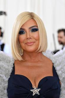 Der Kopf des Kardashian-Clans trägt eine neue Frisur – oder eben eine neue Perücke. Bei der Met Gala präsentiert sich Kris Jenner mit einem Bob in Platinblond. Ob ihre jüngste Tochter Kylie Jenner sie auf die Idee gebracht hat...