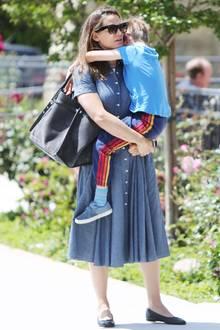 5. Mai 2019  Jennifer Garner ist mit ihrem Sohn Samuel auf dem Weg zum Sonntagsgottesdienst. Doch der Kleine scheint keine all zu große Lust zu haben und klammert sich fest an seine Mutter.