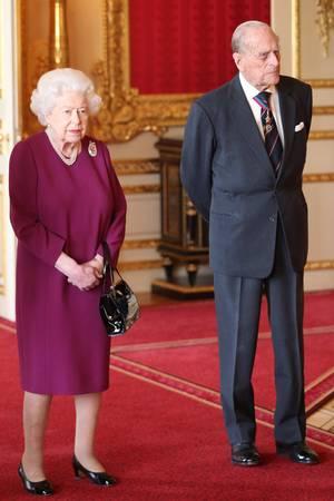 7. Mai 2019  Überraschender Auftritt: Prinz Philip, der sich eigentlich seit Mitte 2017 im Ruhestand befindet, lässt es sich nicht nehmen,seine FrauQueen Elizabeth zu einem Mittagessen mit den Mitgliedern des Order of Merit auf Schloss Windsor zu begleiten. Philip gehört dem Order of Merit bereits seit 1968 an.
