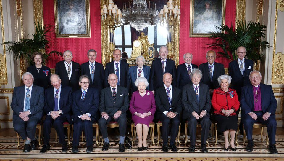 7. Mai 2019  Er posiert sogar mit den anderen Teilnehmern für ein Gruppenfoto.