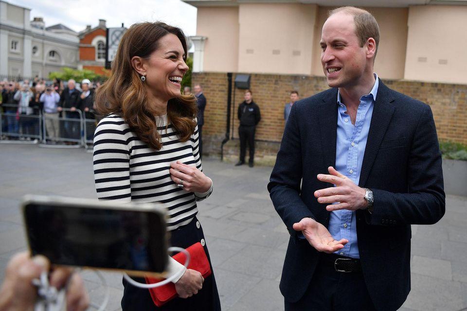 Bei ihrem Auftritt in London zeigen sich Herzogin Catherine und Prinz William äußerst fröhlich. Baby Sussex ist der zweite Neffe für die beiden.