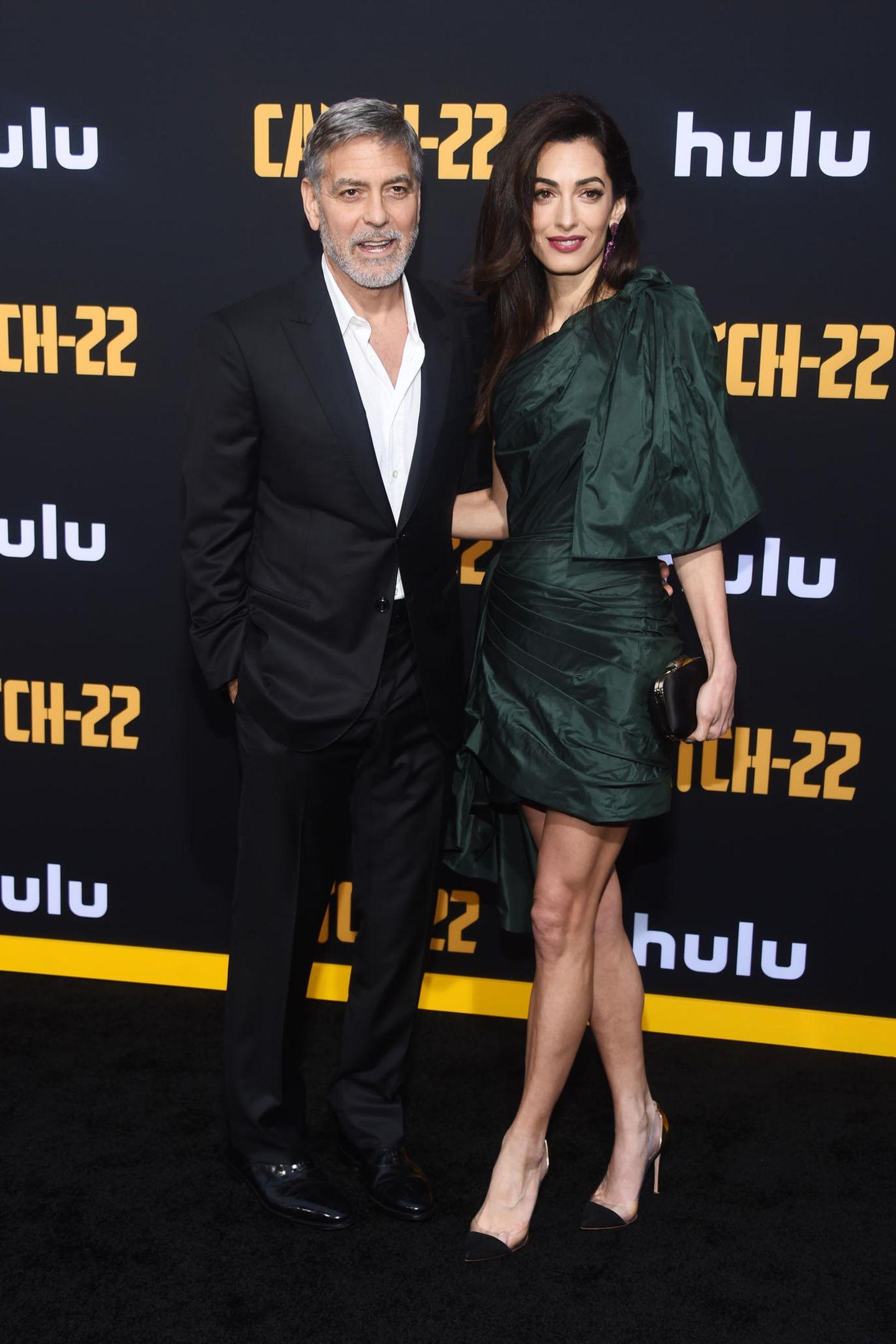Sorry, George, aber bei diesem Look werden alle nur Augen für deine Frau haben! Amal Clooney zeigt in einem dunkelgrünen Seidenkleid von Oscar de la Renta viel Bein- und punktet damit auf ganzer Linie.