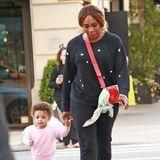 """Nach einem glamourösen Abend auf der Met Gala heißt es auch für Serena Williams erst mal """"Family Time"""". Zusammen mit Töchterchen Olympia spaziert sie in bequemer Leggins, Turnschuhen und Pullover durch New York."""