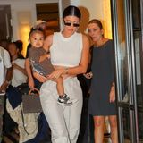 Vom roten Teppich direkt zu Töchterchen Stormi: Für Kylie Jenner, die seit gut einem Jahr Mutter ist, ist keine Zeit um müde zu sein. Sie macht sichin einem schicken Zweiteiler mit ihrer Kleinen auf dem Arm auf den Weg zum Flughafen. Hohe Schuhe und Sonnenbrille dürfen natürlich nicht fehlen.