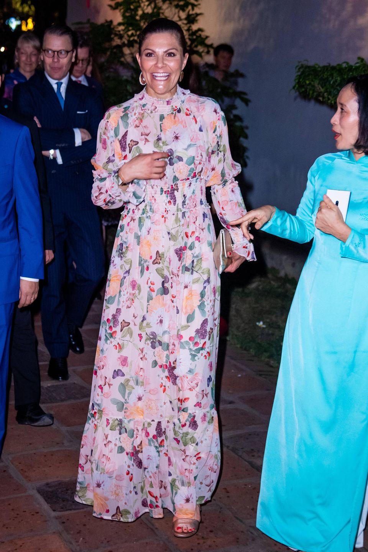 Victoria und Daniel sind vom Bürgermeister von Hanoi zum Dinner im Literaturtempel Van Mieu Quic Tu Giam geladen. Der Ort hat für die schwedische Kronprinzessin eine besondere Bedeutung: Hierwaren schon ihre Eltern, König Carl Gustaf und Königin Silvia, im Rahmen ihres Staatsbesuchs vor 15 Jahren.