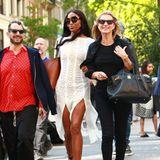 Ganz in Schwarz erscheint Kate Moss zum Treffen mit ihrer Model-Freundin und grinst über das ganze Gesicht. Zu einer Röhrenjeans kombiniert sie ein schlichtes Shirt und Stiefeletten aus Wildleder. Arm in Arm spazieren sie fröhlich durch den Großstadtdschungel – natürlich stilecht mit großen Designer-Taschen in den Händen. Auch mit dabei: Modeschöpfer Marc Jacobs, der mit seinem roten Hemd für einen ordentlichen Farbklecks beim Dreiergespann sorgt.
