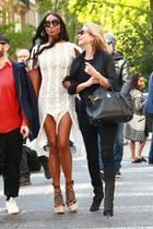 Spaziergänger in New York staunen nicht schlecht, als ihnen die Model-Elite auf dem Gehweg entgegenkommt: Naomi Campbell und Kate Moss gönnen sich nach der Met Gala eine kleine Auszeit und spazieren durch den Park – natürlich bestens gekleidet! Naomi präsentiert ihre schlanken Beine in einem weißen Sommerkleid mit zwei hohen Beinschlitzen und setzt sie zusätzlich mit Plateau-Sandalen in Szene. Auch Freundin Kate spaziert auf Heels durch New York City ...