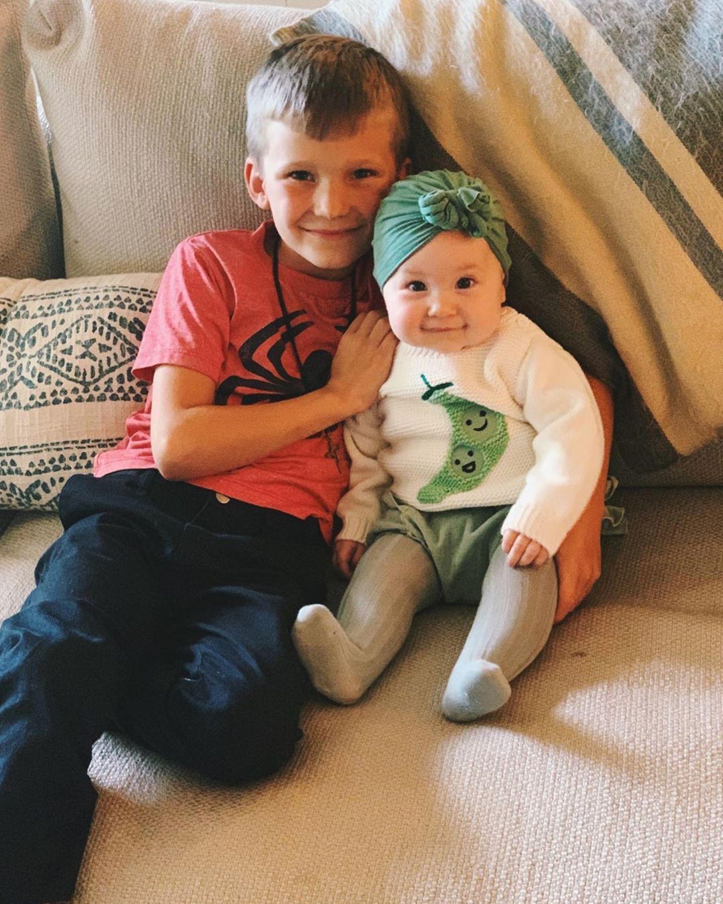 Awwww, wie niedlich ist die Tochter von Kate Hudson denn? Die kleine Rani posiert als Prinzessin auf der Erbseneben ihrem großen Bruder. Dabei trägt sie ein T-Shirt mit einer Erbse drauf und ein grünes Mützchen auf dem Kopf. Ein unglaublich süßer Anblick!