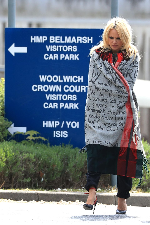 """7. Mai 2019  Pamela Anderson besucht Wikileaks-Gründer Julian Assange im Londoner Belmarsh-Gefängnis. """"Er hat es nicht verdient, in einem Hochsicherheitsgefängnis zu sitzen. Er hat niemals eine Gewalttat begangen. Er ist unschuldig"""", so die Schauspielerin. Pamela Anderson hat sichschon mehrfach für die Freilassung von Julian Assange eingesetzt, die beiden verbindet eine tiefe Freundschaft."""
