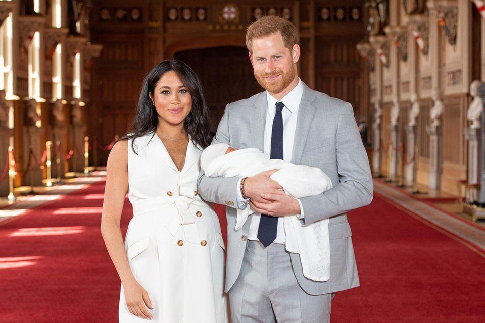 """Herzogin Meghan, Prinz Harry und ihr neugeborener Sohn in der """"St George's Hall"""" des Windsor Castle."""