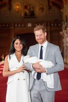 Prinz Harry + Herzogin Meghan: Auf diesen Moment hat die ganze Welt gewartet: Herzogin Meghan und Prinz Harry zeigen ihren neugeborenen Sohn zum ersten Mal in der Öffentlichkeit.