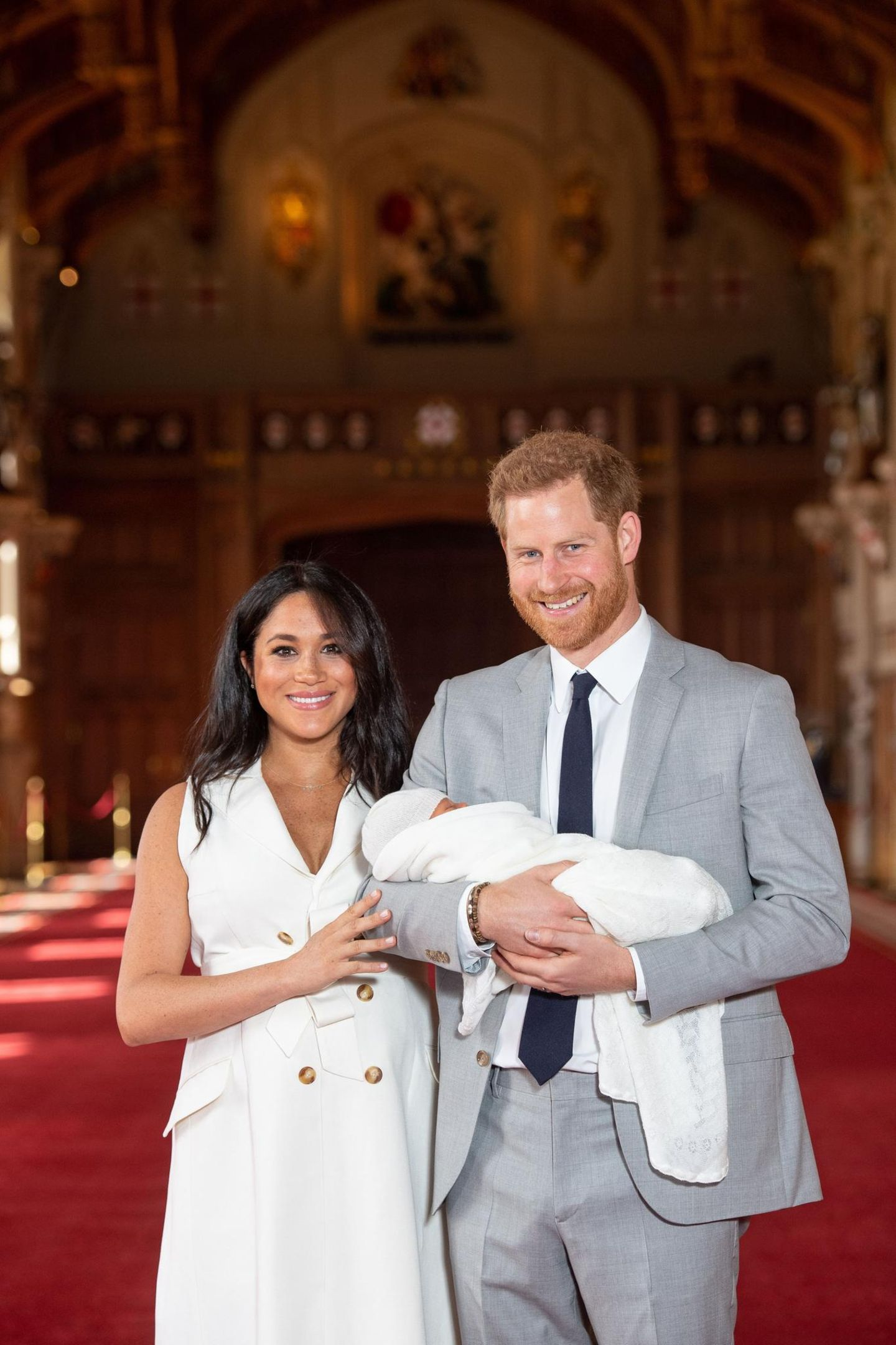 Herzogin Meghan + Prinz Harry: Auf diesen Moment hat die ganze Welt gewartet: Herzogin Meghan und Prinz Harry zeigen ihren neugeborenen Sohn zum ersten Mal in der Öffentlichkeit.