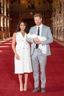 Herzogin Meghan: 8. Mai 2019 Herzogin Meghan und Prinz Harry präsentieren erstmals ihren kleinen Sohn der Öffentlichkeit ...
