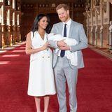 Herzogin Meghan + Prinz Harry: Herzogin Meghan strahlt übers ganze Gesicht, wirkt aber auch noch etwas erschöpft von der Geburt und hält sich an ihrem Mann fest.