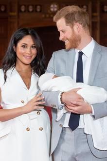 Mike Tindall über Prinz Harry: Überglücklich und ein wenig müde lächelt Prinz Harry seine Ehefrau an.