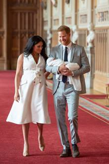"""Mike Tindall über Prinz Harry: Meghan und Harry betreten mit ihrem Kind die """"St. George's Hall"""" auf Schloss Windsor."""