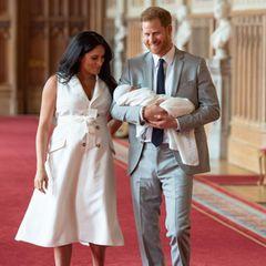 """Herzogin Meghan + Prinz Harry: Meghan und Harry betreten mit ihrem Kind die """"St. George's Hall"""" auf Schloss Windsor."""