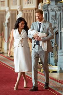 Prinz Harry + Herzogin Meghan: Nicht Meghan, sondern Papa Harry trägt das Baby zu seinem ersten Fototermin.
