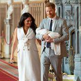 Britisches Königshaus: 6. Mai 2019 Hurra! Das langerwartete Royal Baby ist da! Herzogin Meghan und Prinz Harry präsentieren ihren ersten Sohn Archie Harrison, derzeit jüngstes Mitglied der königlichen Familie Familie zwei Tage später auf Schloss Windsor.