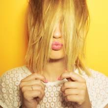 Beim Haare färben kann einiges schief gehen, deshalb sollte man sich vorher genau informieren.