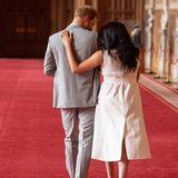 """Herzogin Meghan + Prinz Harry: Als die kleine Familie die """"St. George's Hall"""" verlässt, legt Herzogin Meghan zärtlich ihren Arm um ihren Gatten."""