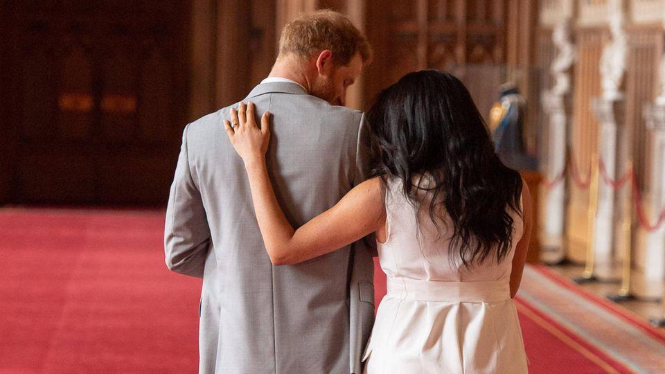 Herzogin Meghan + Prinz Harry: Diese Details fallen beim ersten Foto mit Baby Archie auf