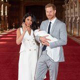Herzogin Meghan + Prinz Harry: Zum Abschied winkt Meghan in die Kameras.