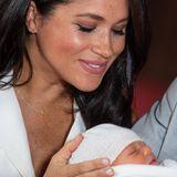 Vom TV-Star zur Herzogin: Meghan hat den Mama-Glow! Sie strahlt nach der Geburt ihres ersten Kindes und sieht absolut happy aus. Das sieht man auch an ihrem Teint: Ihre Hautbild sieht gesund aus und leuchtet vor Glückshormonen.