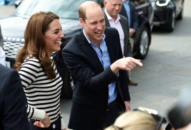 Über was genau Herzogin Catherine und Prinz William so herzhaft lachen müssen, wissen nur die beiden. Sicher ist allerdings, dass sich die beiden sehr über die Geburt ihres Neffen, dem ersten Kind von Herzogin Meghan und Prinz Harry, freuen. Das jüngste Familienmitglied der britischen Königsfamilie hat am 6. Mai 2019 das Licht der Welt erblickt.