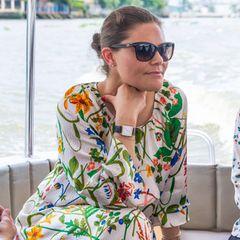 Victoria schaut verträumt, aber die Fahrt hat einen ernsten Hintergrund: Das Kronprinzessinnenpaar wird darüber informiert, wie die Stadt mit Umweltverschmutzung und Plastik im Wasser umgeht