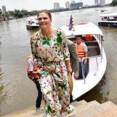 Mit neuen Eindrücken im Gepäck verlassen Prinzessin Victoria und ihr Mann das Boot.