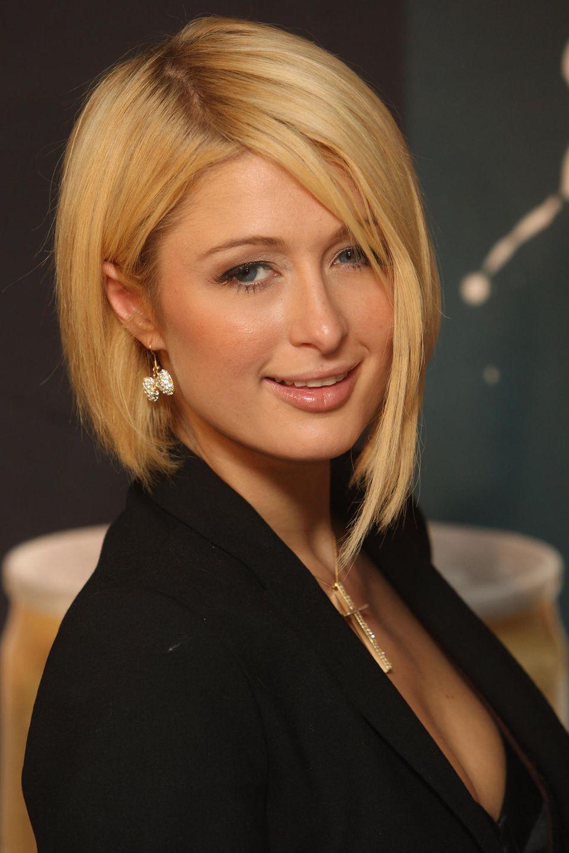 Paris Hilton trägt ihren asymmetrischen Bob auf der linken Seite etwas länger als auf der rechten.
