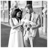 """""""Der Herzog und die Herzogin von Sussex freuen sich, heute ihren ersten offiziellen Moment als kleine Familie zu teilen"""", kommentiert das Paardiestimmungsvollen Schwarz-Weiß-Aufnahmen. """"Sie sind unglaublich dankbar für die warmherzigenGlückwünsche und die Unterstützung, die sie von jedem auf der Welt empfangen haben, seitdem sie ihren Sohn vor zwei Tagen willkommen geheißen haben."""""""