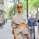"""Hätte Céline Dion ihr Outfit einfach nur """"auf links gedreht"""", es hätte besser ausgesehen als das, was nun herausgekommen ist. Der umgekehrte Blazer sieht befremdlich und wenig vorteilhaft aus am schlanken Körper der Sängerin."""