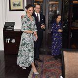 Beim Mittagessen mit einer vietnamesischen Frauenorganisation erscheint die Royal-Lady wieder in einem anderen Look. Für die Wahl des grünen Kleides mit V-Ausschnitt bekommt sie auch von ihrem Ehemann Daniel einen Schulterklopfer.