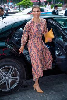 Prinzessin Victoria ist ein modischer Vollprofi: Beim Sweden-Vietnam Business Summit im Hotel Lotte, trägt sie ein gemustertes Midi-Kleid. Schuhe und Tasche im selben Farbton bringen Ruhe in den Look.